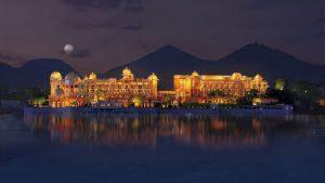 lo spettacolare lake palace a udaipur, ripreso dopo il tramonto dal lago
