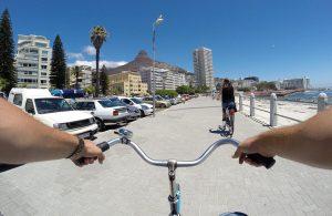 escursione in bicicletta sul lungomare di seapoint a città del capo