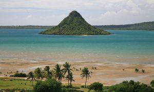 vista dalla spiaggia di palme di diego suarez, in madagascar