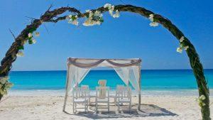 gazebo per accogliere gli sposi su una delle meravigliose spiagge di zanzibar