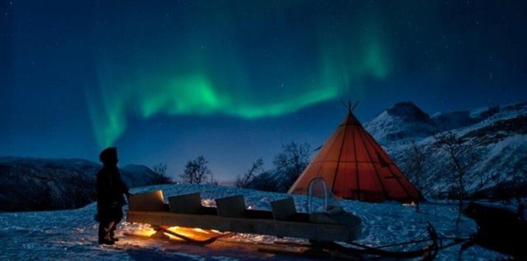 tenda sami sotto l'aurora boreale