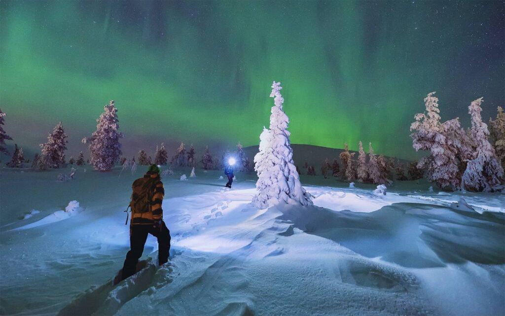 ciaspole_finlandia_aurora_boreale